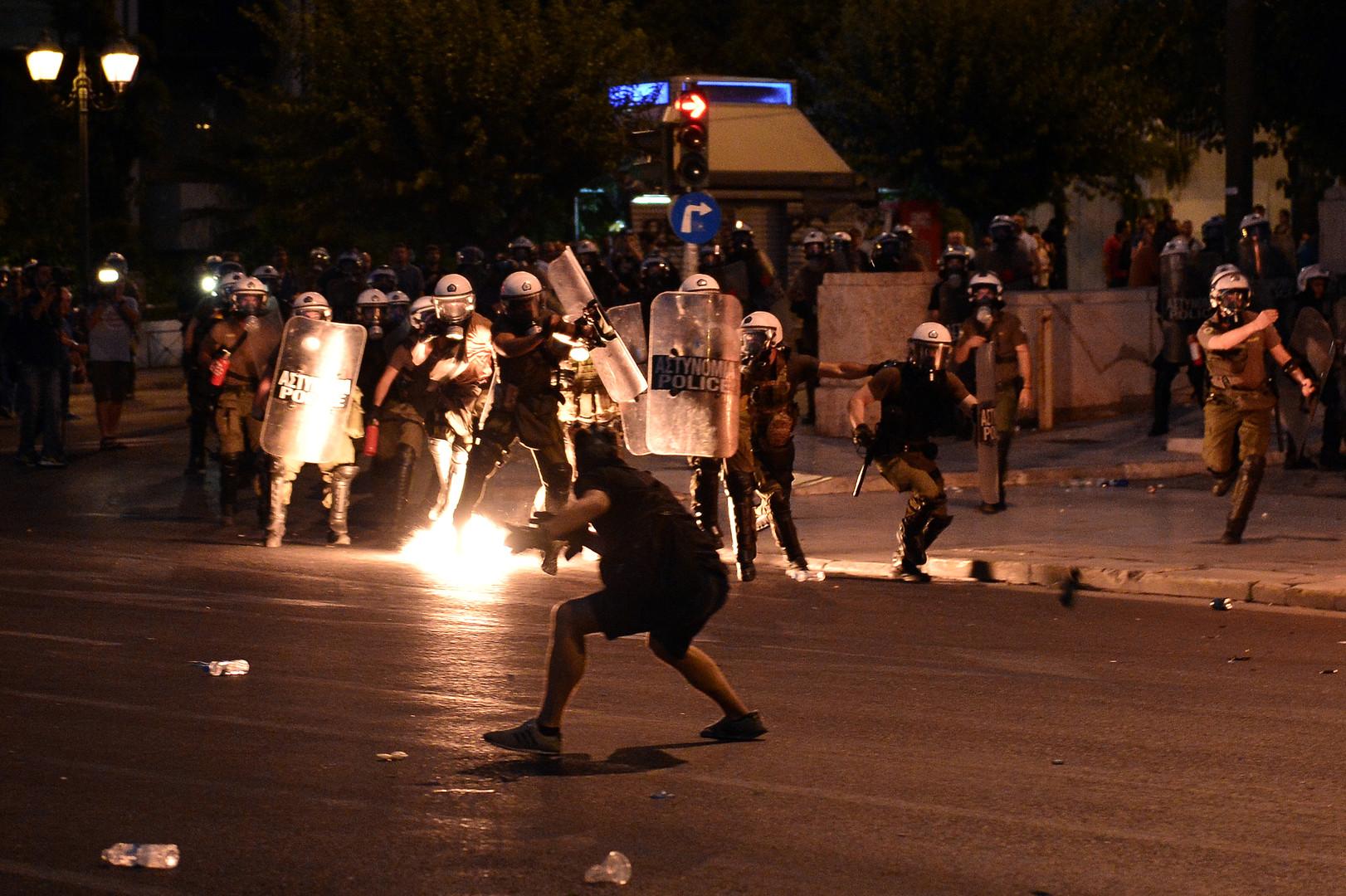 برلمان اليونان يوافق على إجراءات التقشف