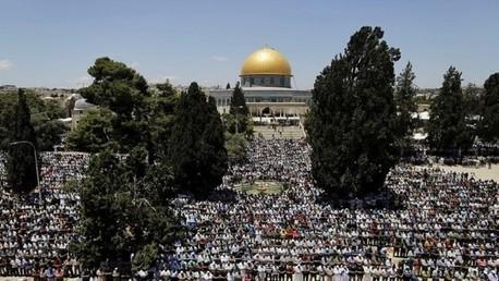 توافد آلاف المصلين على المسجد الأقصى