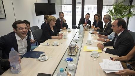 ميركل وتسيبراس وهولاند ويونكر خلال اجتماع في بروكسل قبيل قمة طارئة للاتحاد الأوروبي 7 يوليو/تموز