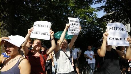 ألمان يحتجون على خطة الإنقاذ الثالثة لليونان خارج البرلمان الألماني (البوندستاغ)، في برلين