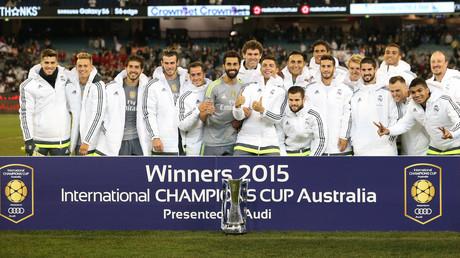 ريال مدريد يحمل كأس البطولة بعد هزيمته مانشستر سيتي