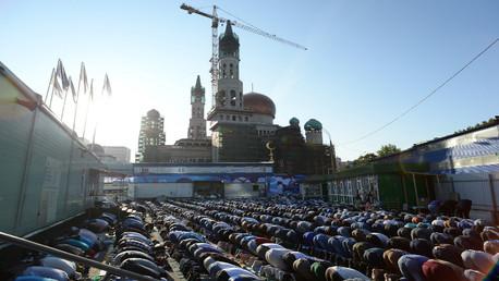 مصلون أمام مسجد موسكو الكبير في طور توسعته