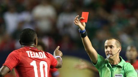 الحكم يرفع بطاقة حمراء في وجه لاعب بنما لويس تيخادا في الدور قبل النهائي للكأس الذهبية ضد المكسيك