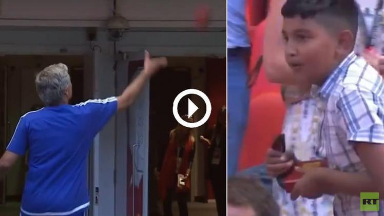 (فيديو) مورينيو يستغني عن ميداليته الفضية لطفل من الجماهير