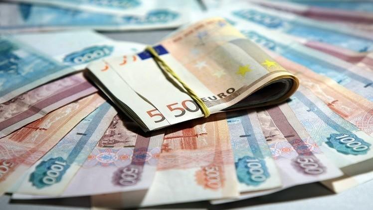 الروبل يتراجع مقابل الدولار واليورو بعد انخفاض أسعار النفط