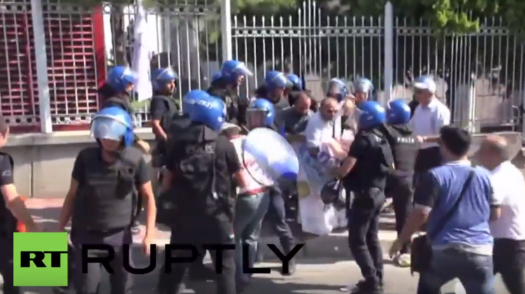 اشتباكات في أنقرة أثناء احتجاجات نقابية (فيديو)