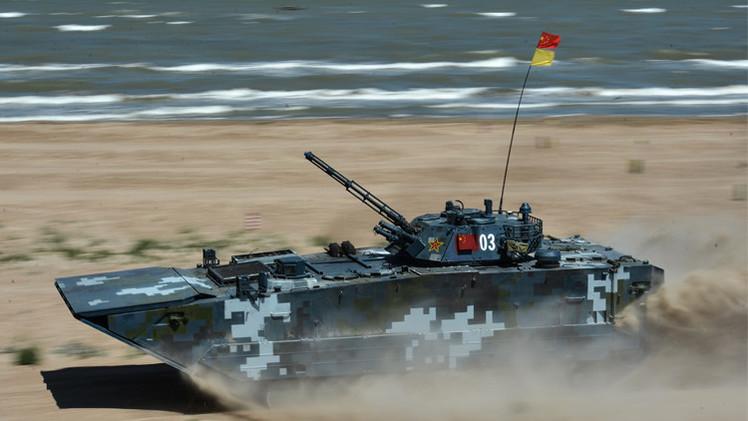 أفراد مشاة البحرية الروسية والكازاخستانية والصينية يتسابقون في