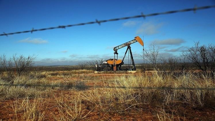 النفط يتجه لإنهاء الأسبوع هابطا بنسبة تزيد على 4%