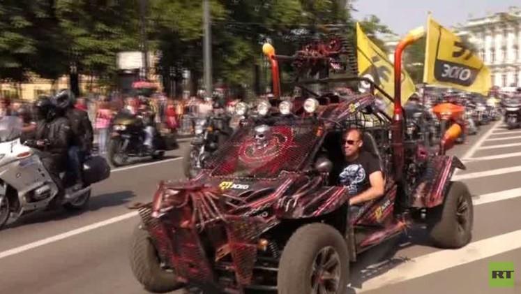 بالفيديو من روسيا.. الآلاف يشاركون في موكب الدراجات السنوي