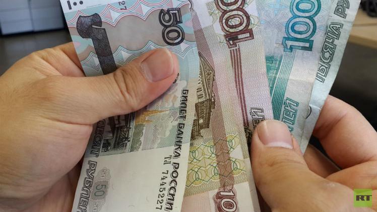 الروبل الروسي ينخفض أمام الدولار واليورو