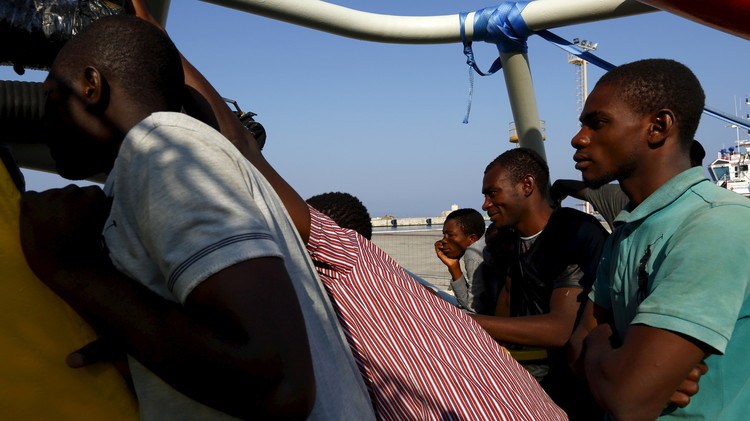 إنقاذ 50 مهاجرا من قارب منكوب قبالة سواحل ليبيا وأنباء عن فقدان 50 آخرين