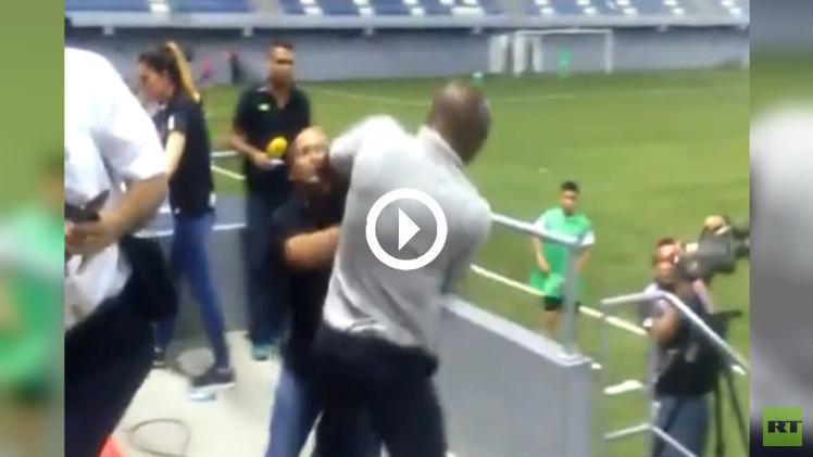 (فيديو) مدرب كوستاريكا يشتبك مع الأمن في المباراة ضد بنما