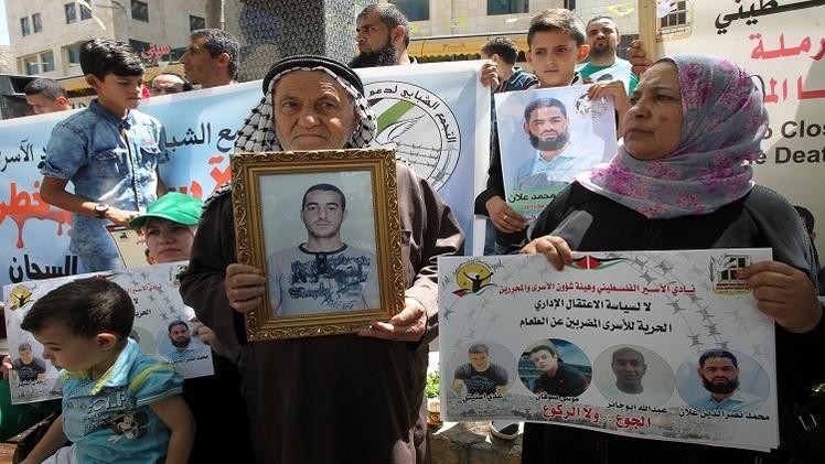 نائب في الكنيست: حياة معتقل فلسطيني مضرب عن الطعام في خطر