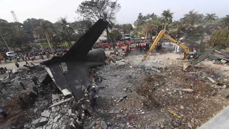 إندونيسيا.. فرق الانقاذ تبحث عن طفل مايزال مفقودا بين الطائرة المنكوبة
