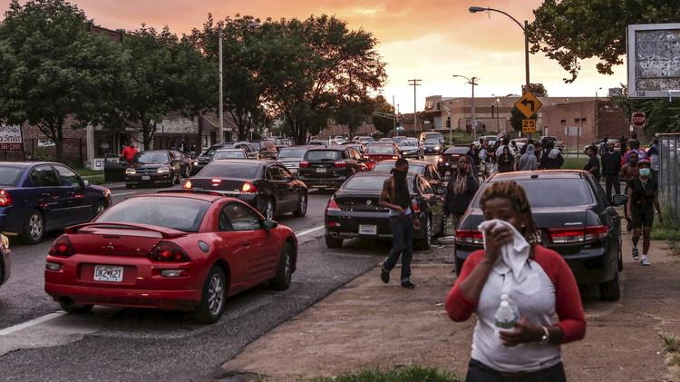 الشرطة تستخدم الغاز المسيل للدموع ضد المحتجين في سانت لويس