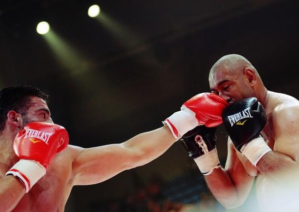 (فيديو) الملاكم الألماني محمود شعار يتلقى هزيمة قاسية بالضربة القاضية