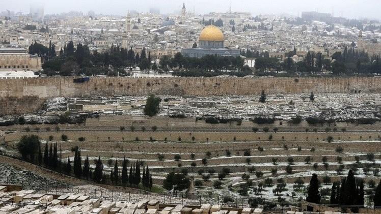 السلطات الإسرائيلية تحرر مخالفة بحق مصور RT لتوثيقه إغلاق المسجد الأقصى
