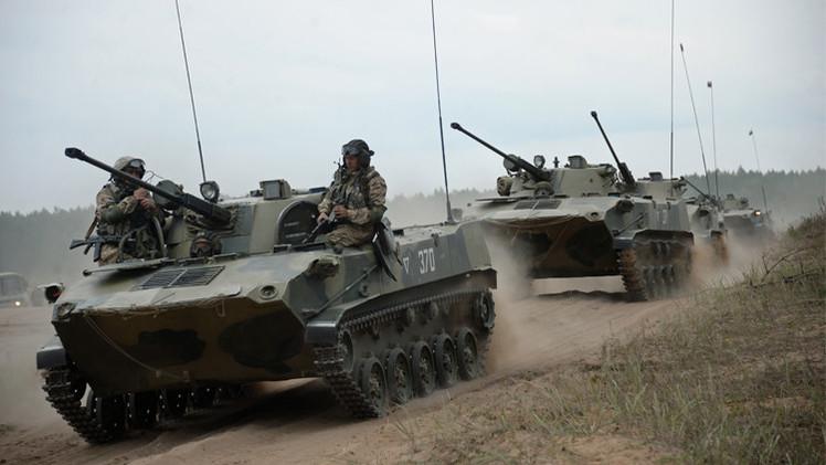 مظليو قوات الرد السريع في منظمة معاهدة الأمن الجماعي ينفذون إنزالا في مدينة بسكوف الروسية