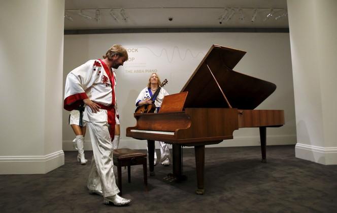بيانو فرقة آبا في المزاد الشهر المقبل بقيمة 1.24 مليون دولار