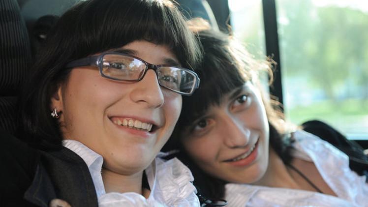 توأمتان سياميتان مفصولتان قرغيزيتا الأصل تُمنحان الجنسية الروسية