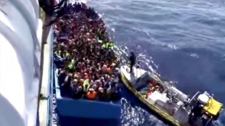 غرق قارب مكتظ بمئات المهاجرين قبالة السواحل الليبية