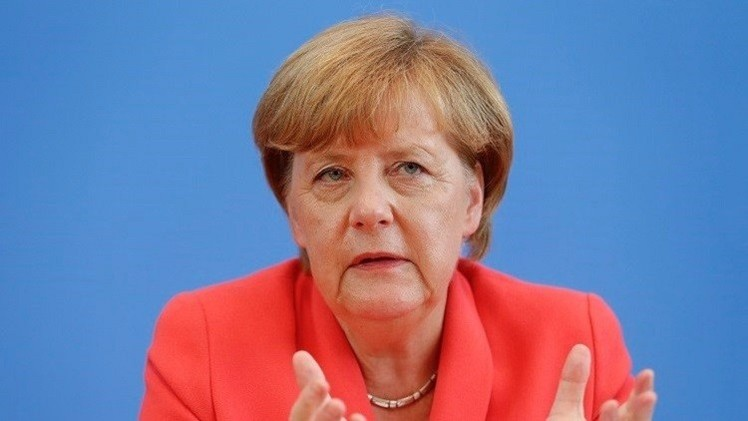 أوروبا تقيم الحواجز في وجه اللاجئين وميركل تتصدى للعنصرية