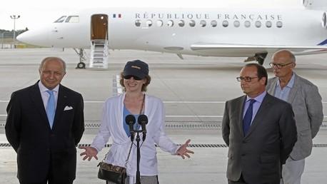 هولاند وفابيوس يستقبلان في باريس الرهينة الفرنسية المحررة