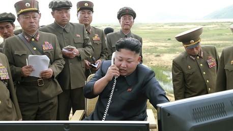 الزعيم الكوري الشمالي كيم جونغ أون أثناء تدريبات صاروخية عام 2014