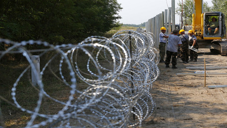 تشييد سياج على الحدود بين هنغاريا وصربيا (صورة أرشيفية)