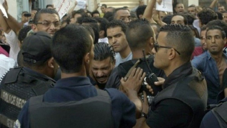 تونسيون يتظاهرون ضد قانون