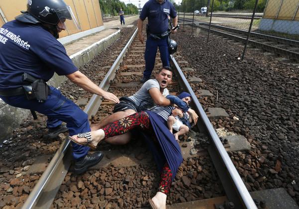 لاجئان يلقيان بنفسيهما وسط سكة قطار رفضا للانضمام إلى مخيمات اللاجئين (فيديو)