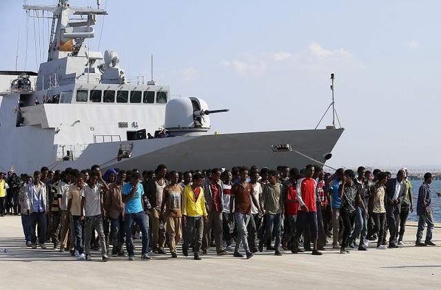 خفر السواحل الإيطالي ينتشل جثة مهاجر وينقذ 200