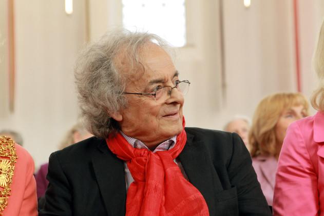 منح الشاعر السوري أدونيس جائزة ريمارك للسلام يثير جدلا كبيرا