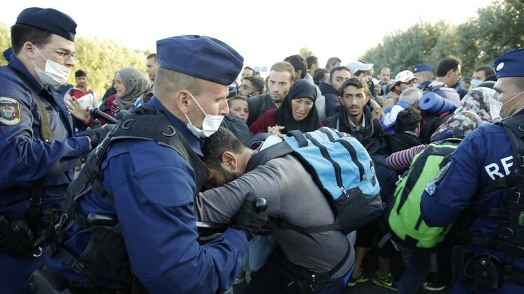 وزير الدفاع الهنغاري أول ضحايا أزمة اللاجئين