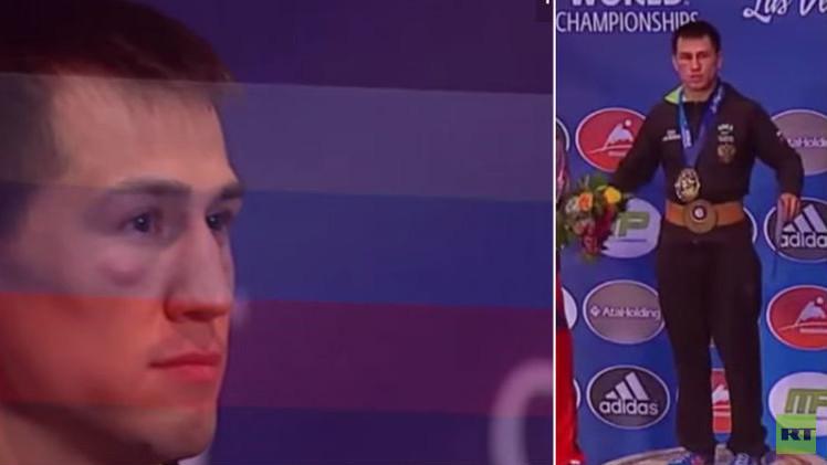 (فيديو) مصارع روسي يرفض النزول عن منصة التتويج بسبب خطأ في النشيد الوطني