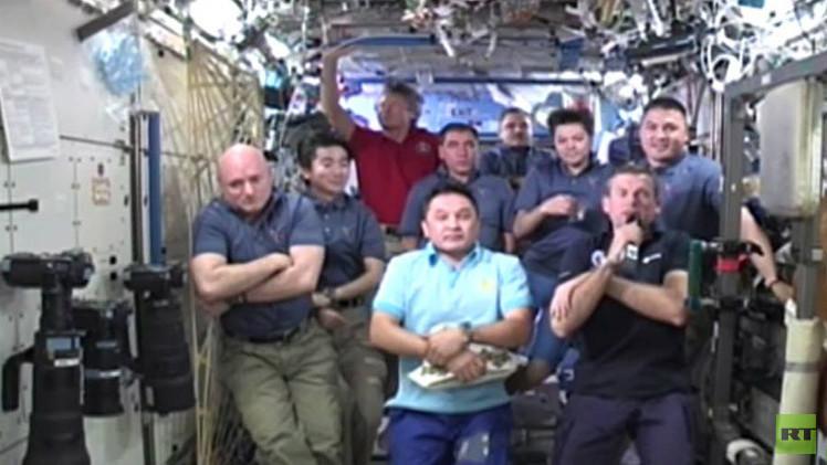 طاقم المحطة الفضائية الدولية يرد على أسئلة الصحفيين