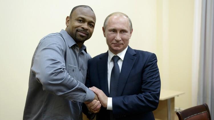 بوتين يمنح الملاكم الأمريكي روي جونز جونيور الجنسية الروسية