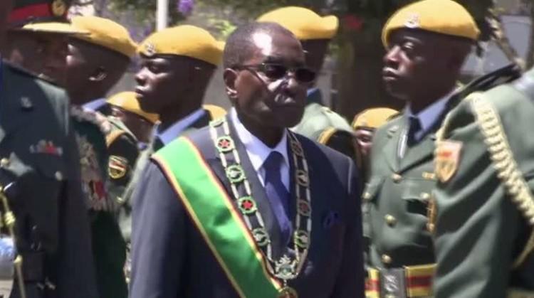 رئيس زمبابوي يقرأ عن طريق الخطأ كلمة أمام البرلمان ألقاها الشهر الماضي