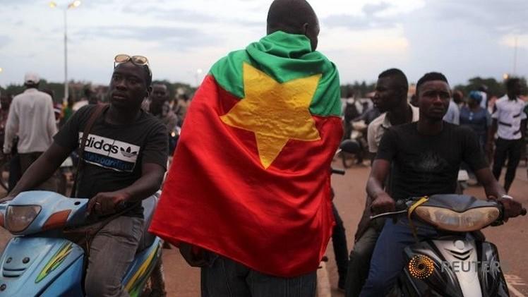 بوركينا فاسو: الجيش يعزل الرئيس كافاندو ويحل جميع مؤسسات الدولة