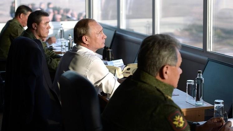 بوتين يتفقد عمليات تدريبية للجيش الروسي في محاربة إرهابيين (فيديو)