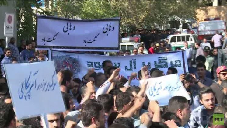 إيرانيون يتظاهرون أمام سفارة السعودية احتجاجا على مقتل 169 حاجا (فيديو)