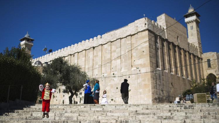 السلطات الإسرائيلية تغلق الحرم الإبراهيمي بوجه الفلسطينيين وتفتحه أمام المستوطنين