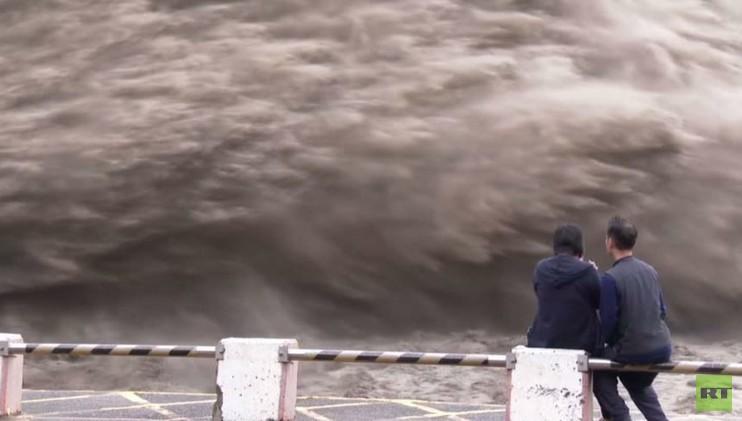 تفريغ مياه الفيضانات في سد شيهمان بتايوان بعد إعصار