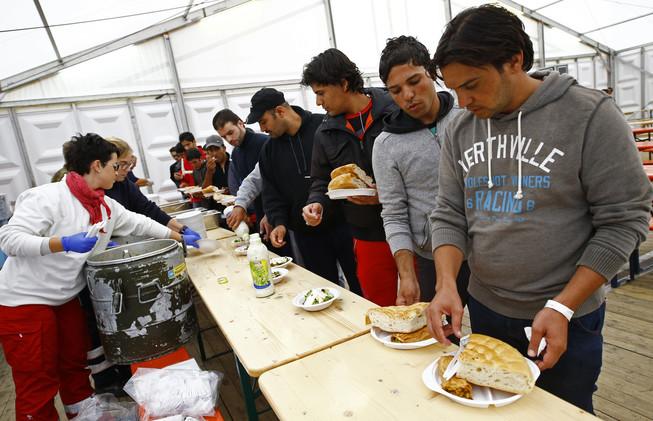 ألمانيا تقر إجراءات لمساعدة اللاجئين والنمسا تلوح بالقوة ضدهم