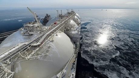 سفينة مخصصة لنقل الغاز المسال تمخر عباب البحر