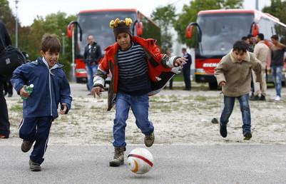 أطفال لاجئون يلعبون كرة القدم في ميونيخ