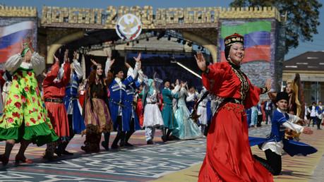 الفرق الشعبية المشتركة في احتفالات الألفية الثانية لمدينة دربند