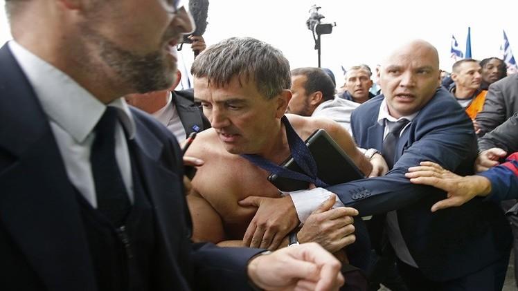 (فيديو) موظفو الخطوط الجوية الفرنسية يهاجمون أحد مدرائها خلال اعتصام