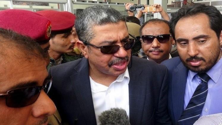 بحاح بعد استهداف مقر إقامته: عازمون على البقاء في عدن