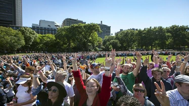 نيويورك.. 2000 شخص في سلسلة بشرية بهيئة شارة السلام